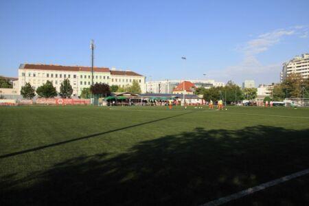 Der Fußballplatz und die Kantine im Hintergrund