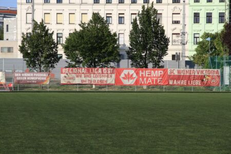 """Banner: """"Wiener Fußball gegen Homophobie"""", """"Regionalliga Ost, wir sind gekommen um zu bleiben"""", """"Hemp Mate"""", """"SC Viktoria - Wahre Liebe"""""""