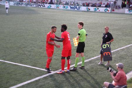 Spielertausch mit Schiedsrichterassitenz und Kotrainer